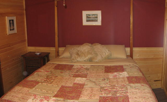 Downstairs Bedroom (Queen bed)